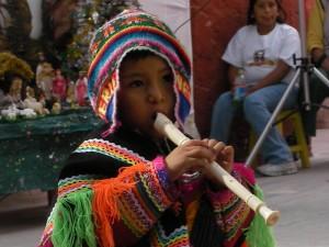 Bild eines Jungen der Flöte spielt