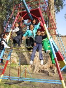 Bild: Spielende Kinder auf einem Klettergerüst