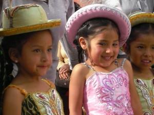 """Bild von zwei Mädchen in """"Nuestro Hogar"""""""